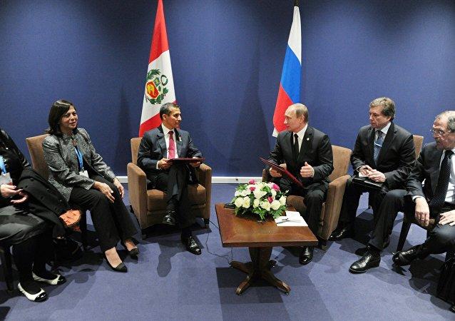 رئيس روسيا فلاديمير بوتين ورئيس جمهورية بيرو أوليانتا أومالا تاسو