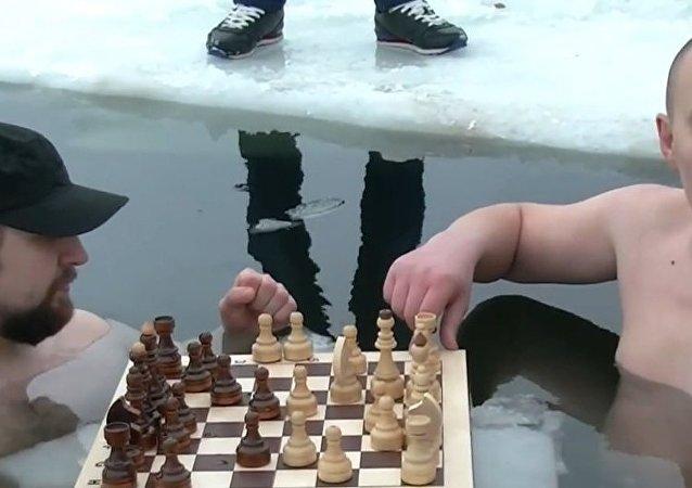 في هذه الأثناء في روسيا - اللعب على الشطرنج في مياه جليدية
