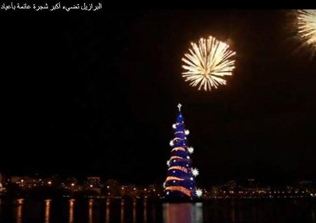 أكبر شجرة عائمة بأعياد الميلاد في العالم