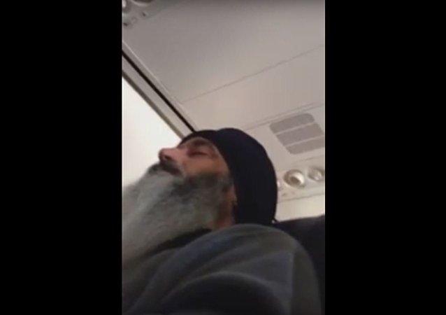 بن لادن يظهر على متن طائرة متجه لأمريكا