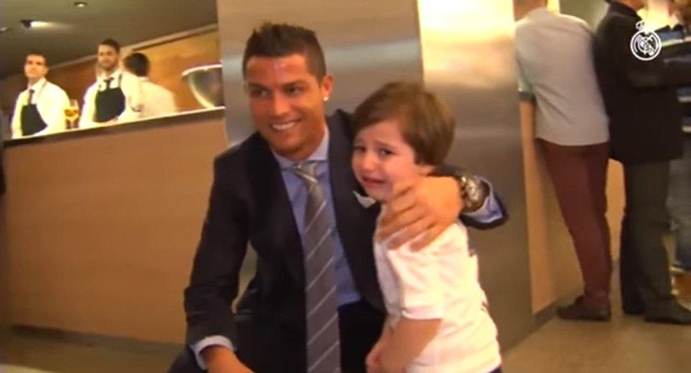 كريستيانو رونالدو مع الطفل حيدر