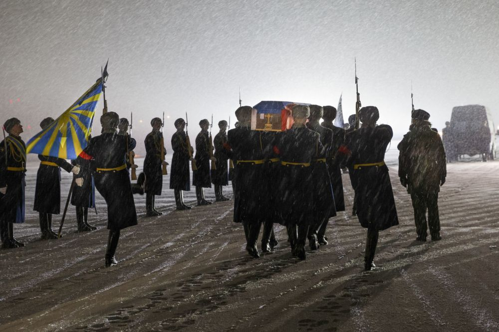 حرس الشرف يحمل نعش  جثة قائد الطائرة أوليغ بيشكوف