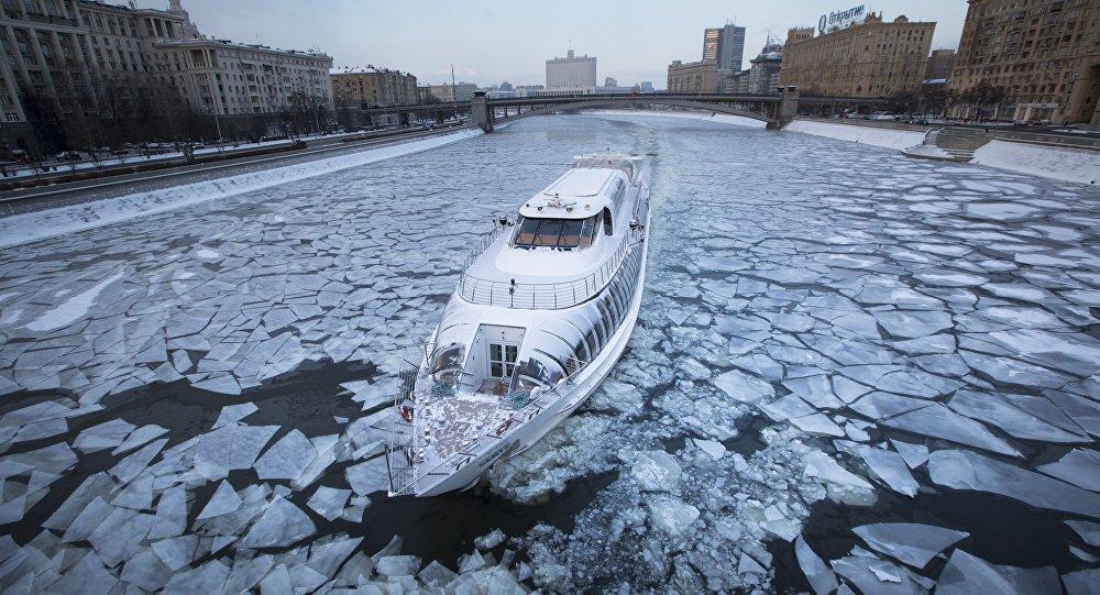 قارب سياحي مع مطعم على متنه، خصص من أجل الفترة السياحة في الشتاء، نهر موسكو.