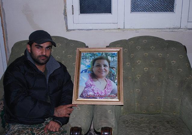 الضابط السوري علاء الحموي وصورة والدته الشهيدة عناية عباس