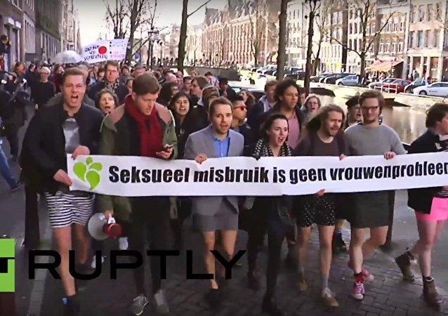 هولندا: رجال يرتدون التنانير القصيرة تضامناً مع ضحايا كولونيا في ألمانيا