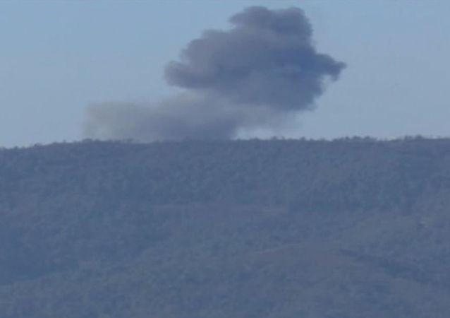 الدخان في مكان سقوط طائرة سو-24 في منطقة الحدود السورية التركية