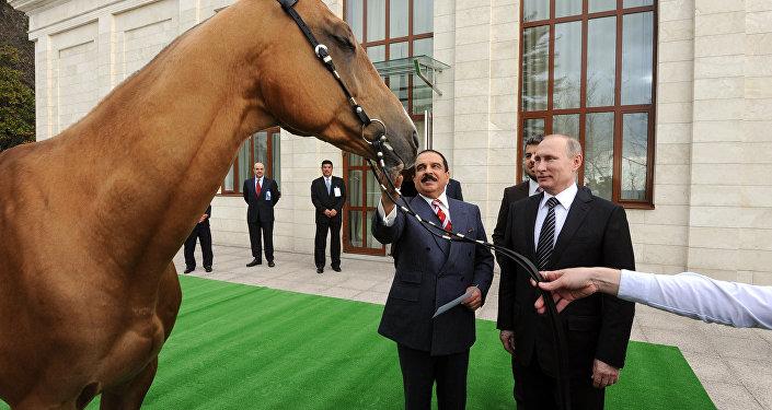 فلاديمير بوتين، بينما أهدى بوتين لملك البحرين حصانا أكحل تيكي