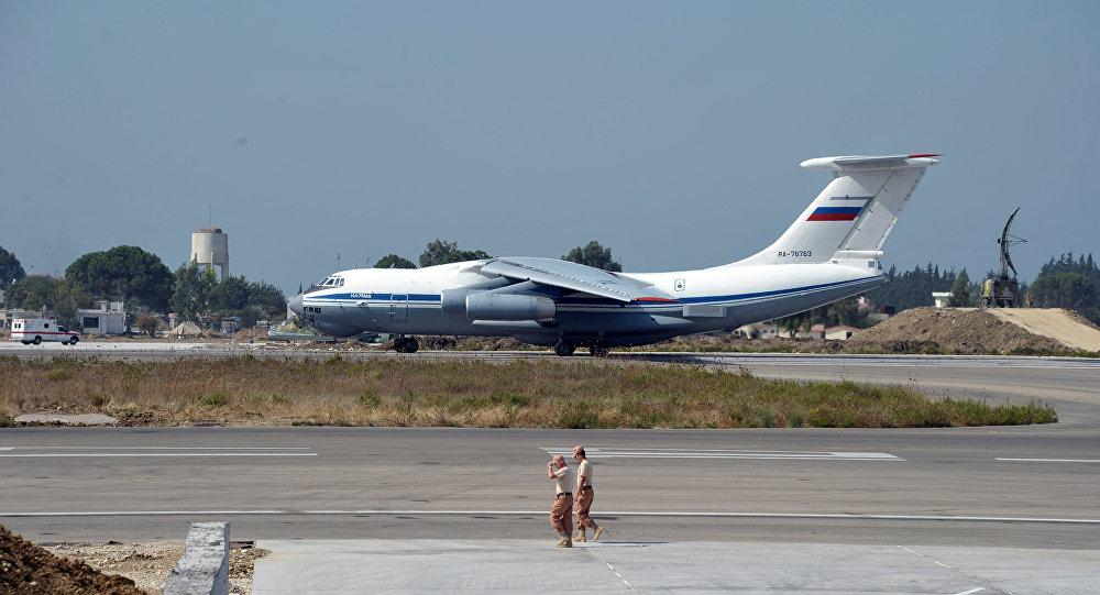 طائرة إيل - 76 الروسية في قاعدة حميميم في سوريا
