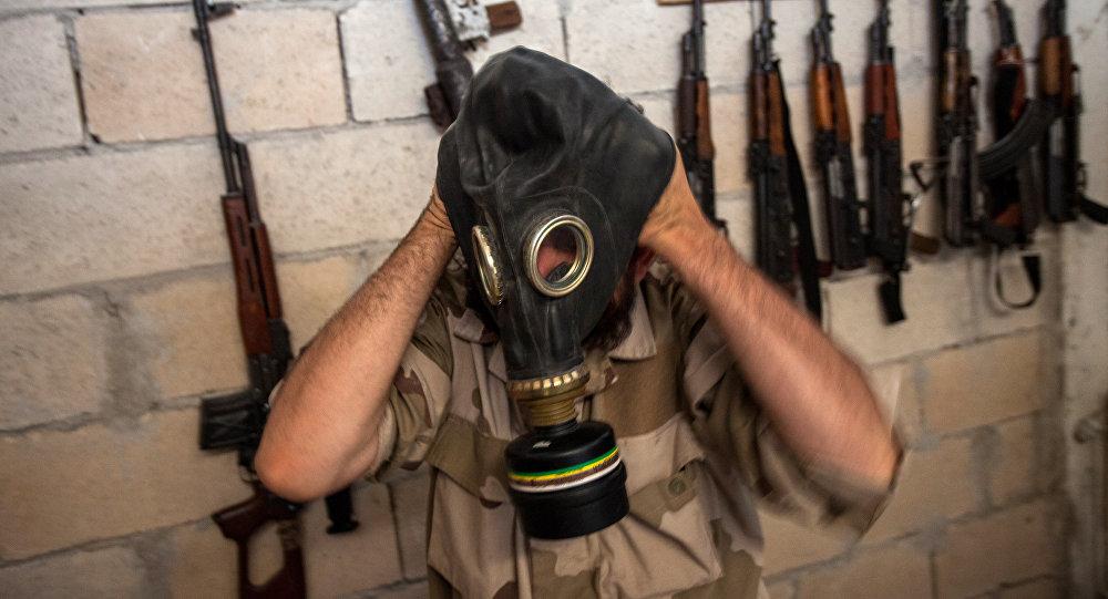 صورة لإرهابي في شمال سوريا يرتدي قناع غاز