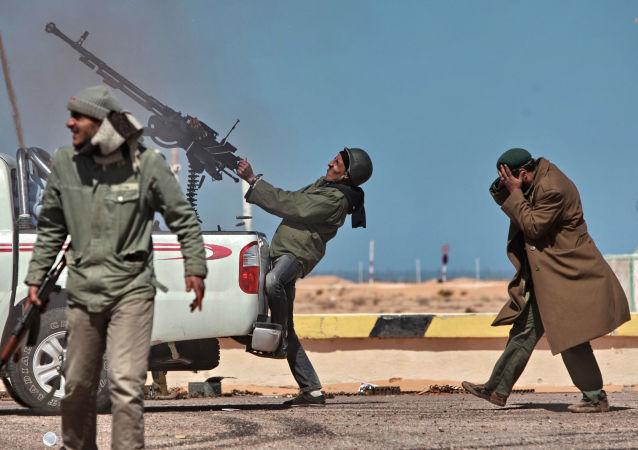 مقاتل يطلق النار من منظومة غراد على طائرة مقاتلة في رأس-لانوف في ليبيا