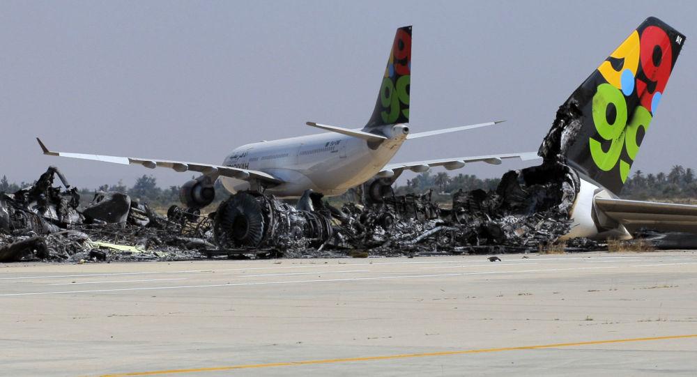 طائرة محترقة في مطار طرابلس في ليبيا