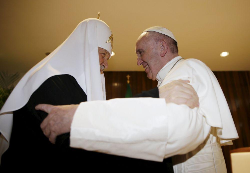 اللقاء التاريخي بين ابا الفاتيكان وبطريرك روسيا