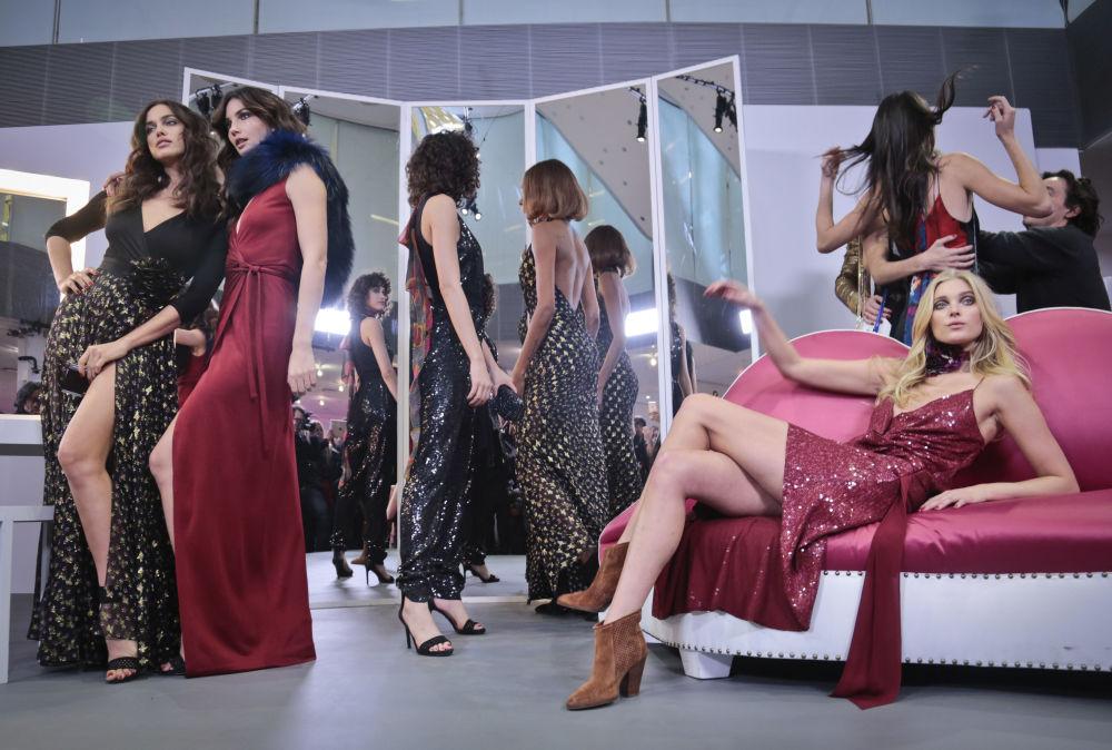 عارض اأزياء خلال عرض أسبوع الموضة خريف/ شتاء في نيويورك، 14 فبراير/ شباط 2016.