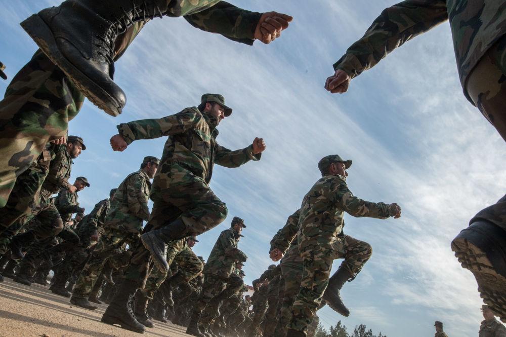 المتطوعون السوريون في كتيبة 130 للتتدريب، وذلك أثناء التدريبات العسكرية في إحدى ضواحي دمشق.