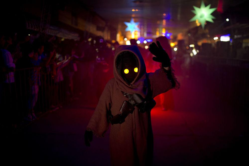 صبي يرتدي زياً لإحدى شخصيات فيلم Star Wars خلال مهرجان اليان السنوي في كابيلا ديل مونتي، أرجنتين، 14 فبراير/ شباط 2016.
