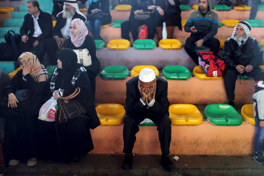 فلسطينيون ينتظرون عبور معبر رفح للوصول إلى مصر، وذلك بعد إغلاق دام لفترة طويلة جدأً منذ حرب 2014 على قطاع غزة، 15 فبراير/ شباط 2016.