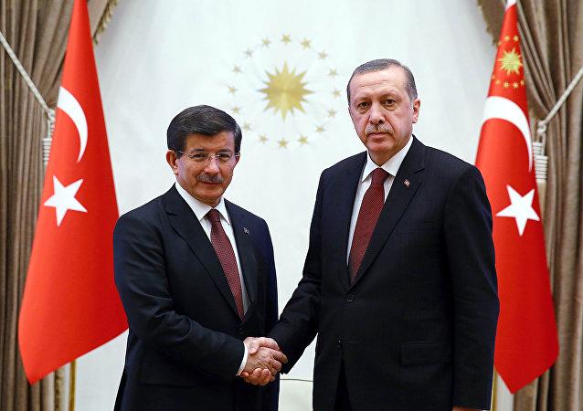 رئيس تركيا رجب طيب أردوغان ورئيس الوزراء التركي أحمد داوود أوغلو