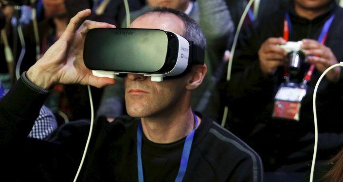حاضرو مراسم افتتاح عرض الهاتف الخلوي الجديد Samsung S7 يرتدون نظارات العالم الافتراضي Samsung Gear VR، برشلونة، أسبانيا، 21 فبراير/ شباط 2016.