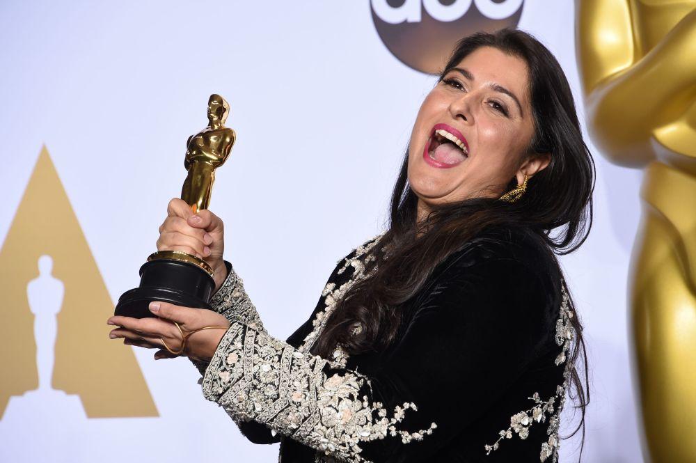 شارمين عبيد-تشينو تحمل جائزتها الأوسكار لأفضل فيلم قصير، 28 فبراير/ شباط 2016.