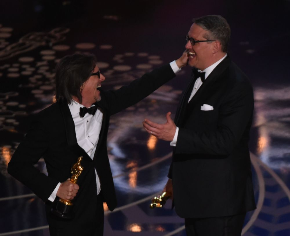 كاتب-سيناريو شارلز راندولف والممثل آدم ماكي خلال توزيع جوائز الأورسكا، 28 فبرير/ شباط 2016.