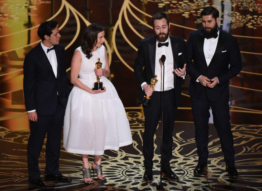 بنجامين كليري (الثالث على اليسار) وسيرينا أرميتاج (الثانية من اليسار) يستلمون جائزتهم لأفضل فيلم قصير، هوليوود 28 فبراير/ شباط 2016.