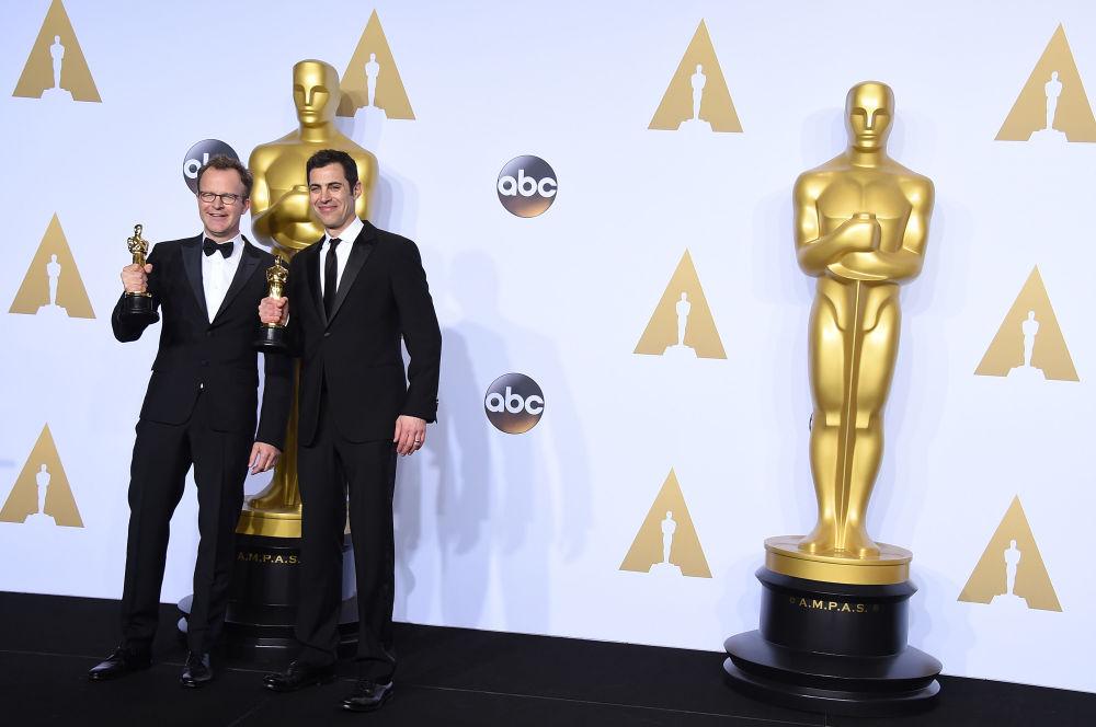 الممثل والمخرج توماس ماكارتي وكاتب السيناريو جون سينغر خلال مراسم توزيع جوائز الأوسكار، 28 فبراير/ شباط 2016.