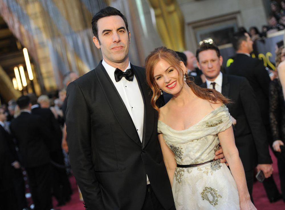 الممثل الأمريكي ساشا بارون وزوجته إزلا لإيشر يصلان السجادة الحمراء لحضور الحفل الـ 88 لتوزيع جوايز أوسكار، 28 فبراير/ شباط 2016
