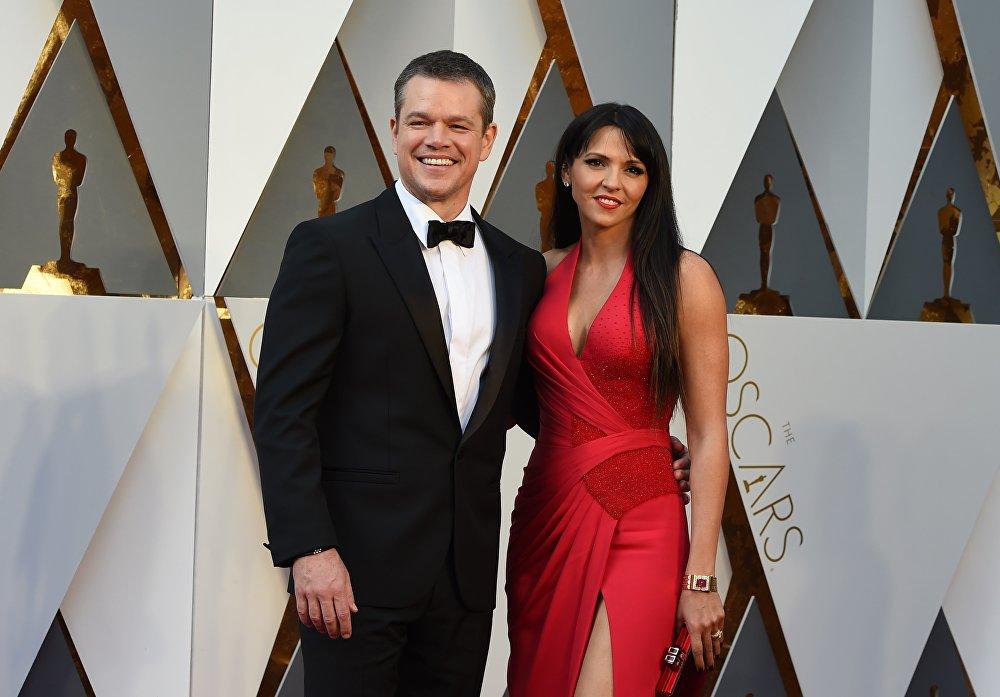 الممثل مات ديمون وزوجته لوتشيانا باروسو يصلان السجادة الحمراء للحفل الـ 88 لتوزيع جوائز أوسكار في هوليوود بكاليفورنيا، 28 فبراير/ شباط 2016.