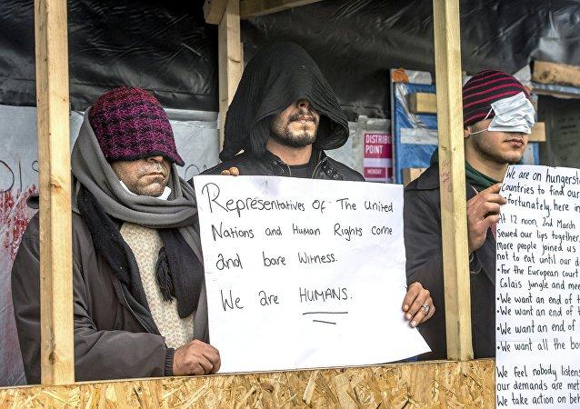 لاجئون يحتجون بخياطة أفواههم