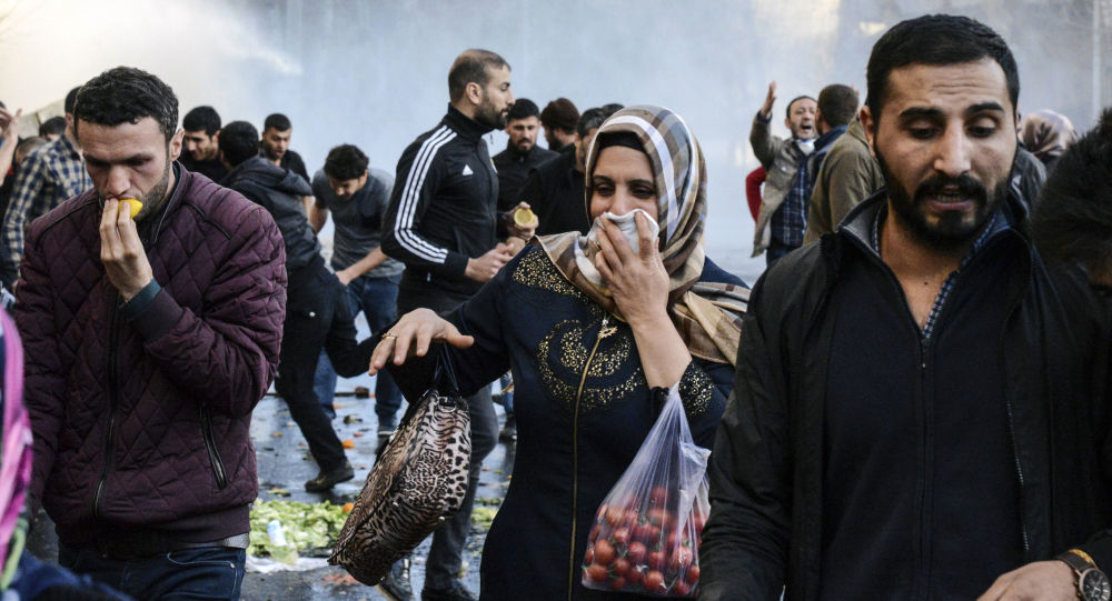 مواطنون يهربون من الغاز المسيل للدموع في ديار بكر، تركيا، 2 مارس/ آذار 2016.