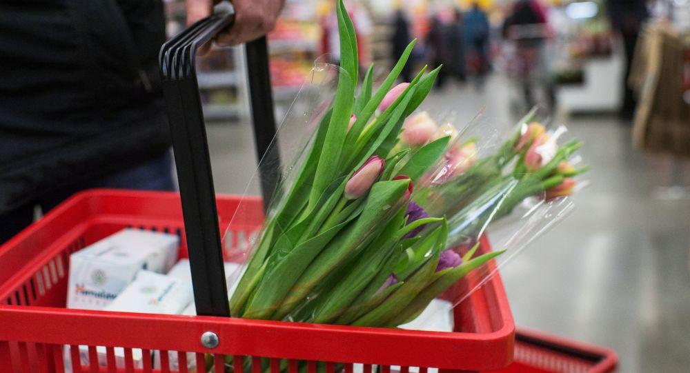 شراء الورود احتفالا بيوم المرأة العالمى