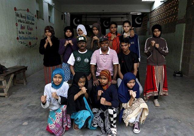 مدرب الملاكمة يونس كامبراني وتلميذاته الفتيات في نادي الملاكمة في كارتشي بباكستان، 20 فبراير/ شباط 2016.