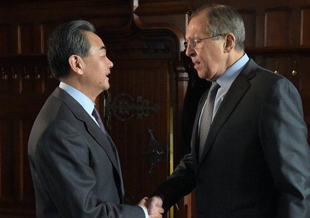 وزيرا الخارجية الروسي ةالصيني سيرغي لافروف ووانغ يي