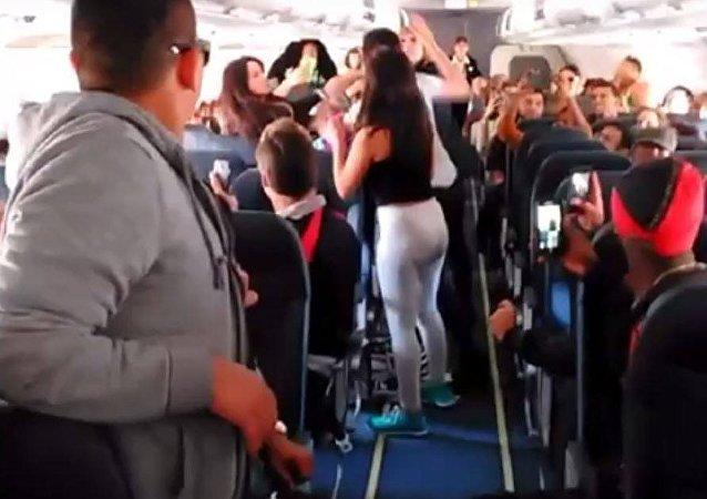 مشاجرة بين فتيات داخل طائرة