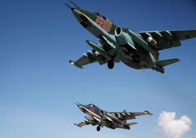 الطائرات الحربية سو-25 تقلع من القاعدة العجوية الروسية حميميم في سوريا.