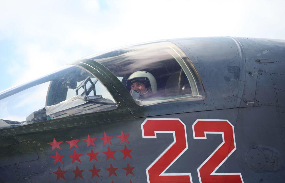 طيار مقاتلة سو-34 من القوات الجوية-الفضائية الروسية يعود إلى الأراضي الروسية في مطار القاعدة الجوية في إقليم فورونيج.