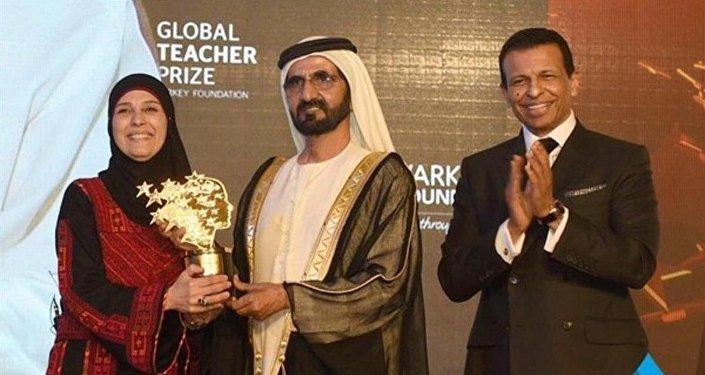 فلسطينية تفوز بجائزة أفضل معلمة