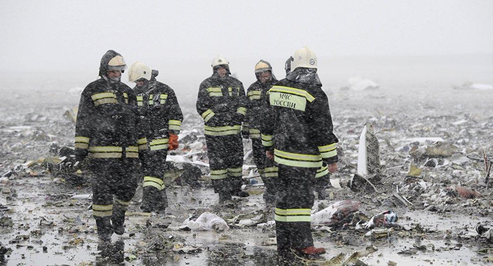 رجال الدفاع المدني في مطار روستوف