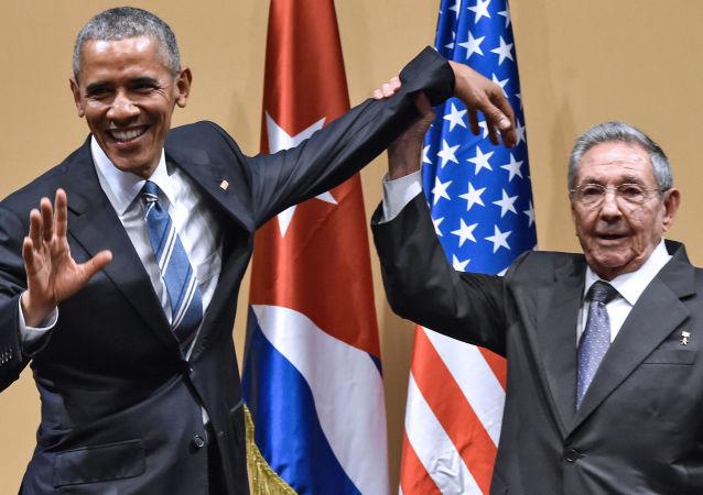 رئيس كوبا راؤول كاسترو ورئيس الولايات المتحدة في العاصمة الكوبية هافانا