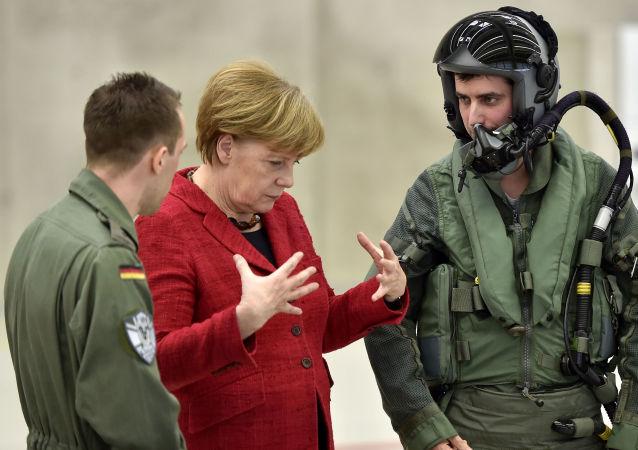 مستشارة ألمانيا انجلا ميركل تلتقي بطياري القوات الجوية الألمانية في القاعدة الجوية في نيرفنيخ، ألمانيا، 21 مارس/ آذاتر 2016.