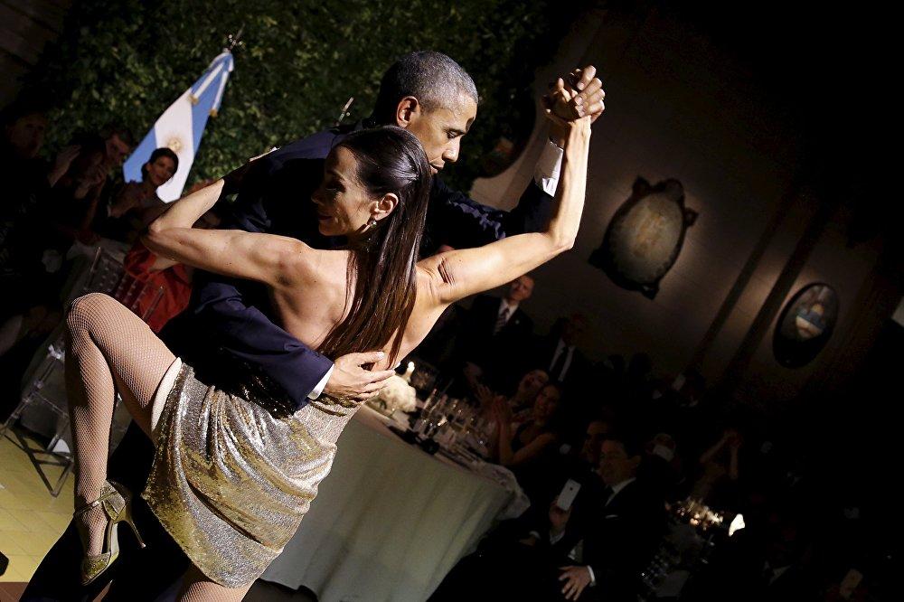 الرئيس الأمريكي باراك أوباما يرقص التانغو خلال مأدبة طعام مع الرئيس الأرجنتيني موريسيو ماسري، بوينس آيرس، 23 مارس/ آذار 2016.