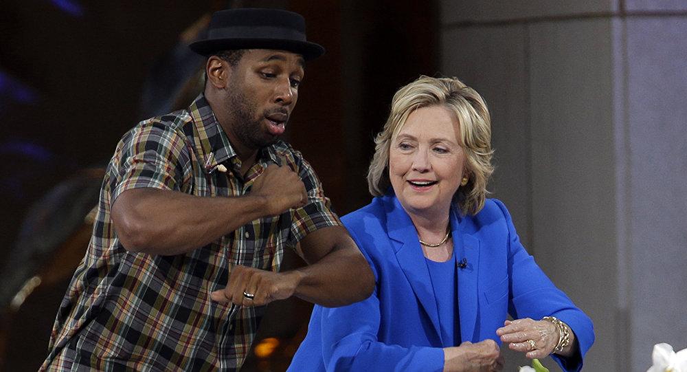 المرشحة للانتخابات الرئاسية من الحزب الديموقراطي هيلاري كلينتون ترقص مع فنان الدي جي ستيفين .