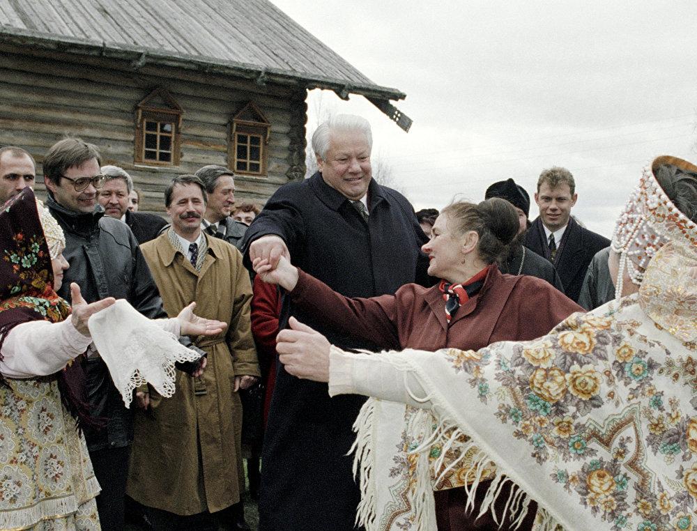 الرئيس الروسي بوريس يلتسين في متحف للتصميم والبناء الخشبيمالي كوريلي