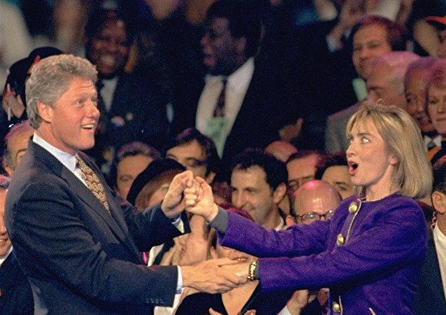الرئيس الأمريكي السابق بيل كلينتون وزوجته هيلاري كلينتون يرقصان سوياً خلال الحملة الانتخابية الرئاسية، نيوجيرسي، 1 نوفمبر/ تشرين الثاني 1992.