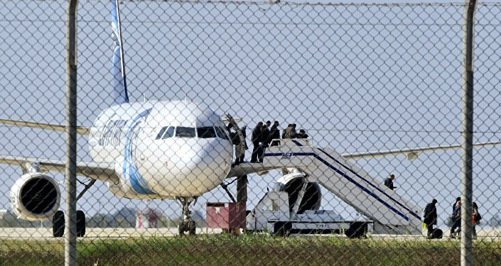 طائرة تابعة لشركة مصر للطيران في مطار لارنكا بقبرص