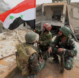 أفراد الجيش العربي السوري يضعون علم سوريا ويفرحون لتحرير تدمر.