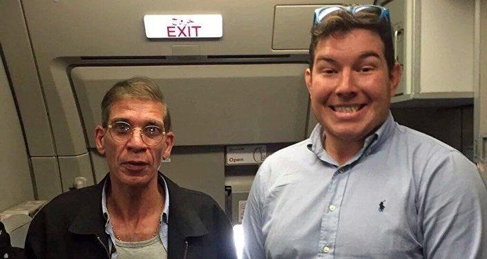 صورة باسمة مع خاطف الطائرة المصرية