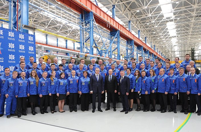 بوتين والعاملون في المصنع العسكري الجديد