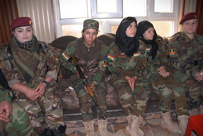 كتيبة البشمركة النسائية وقائدتها حسيبة آزاد (على يسار الصورة)