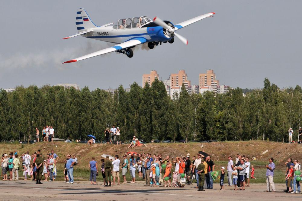 طائرة ياك-52 خلال مهرجان العرض الجوي في مطار بالتيمور في فورونيج.